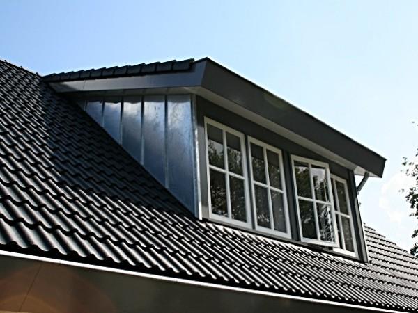 Dakkapel met zinken zijkanten - zijwangen en schuin dak plaatsen? Vergelijk de prijzen van dakkapelspecialisten!