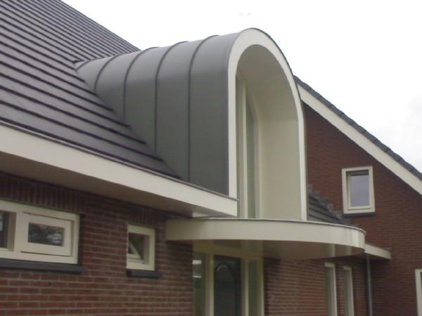 Ronde zinken dakkapel boven deurpost? Vergelijk de prijzen van dakkapel specialisten!