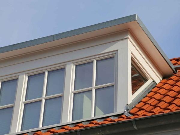 Glazen dakkapel - zijkant en voorkant - afwerking van hout