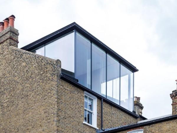 Bekijk deze moderne dakkapel van glas met glazen zijkanten, voorkant en dunne onopvallende kozijnen