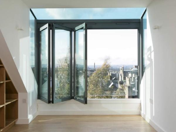 Luxueuze dakkapel van glas met glazen zijkant, voorzijde en schuiframen
