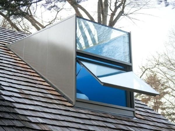 Kleine moderne glazen dakkapel met kiepraam glazen dak en voorzijde