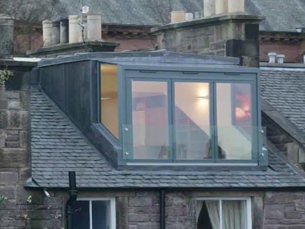 Dakkapel van glas met zinken bekleding glazen zijkanten en voorkant